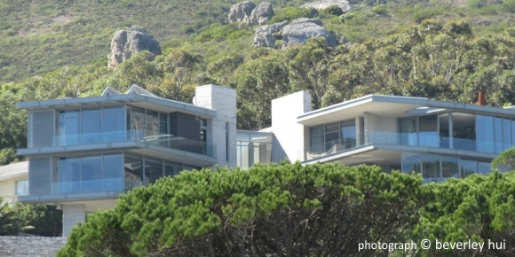 Modern style designs by other camps bay architects for Beach house design cape town